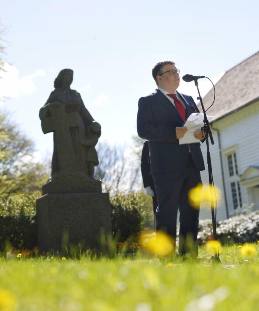 Arne Buchholdt Espedal taler ved kransnedleggelse ved Høyland kirke 17. mai 2021.